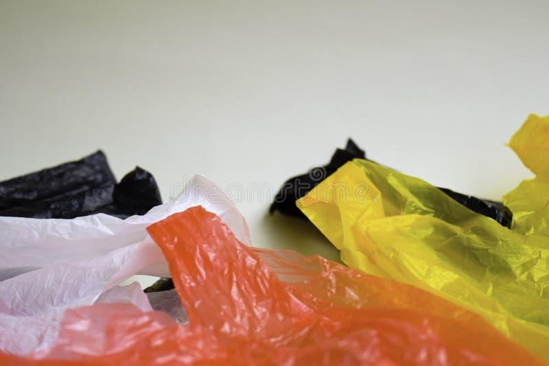 Diga no a las bolsas de pl?stico - fondo blanco aislado un concepto m?s pl?stico foto de archivo