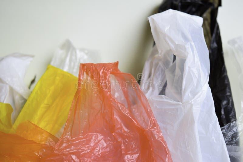 Diga no a las bolsas de pl?stico - fondo blanco aislado un concepto m?s pl?stico fotos de archivo libres de regalías