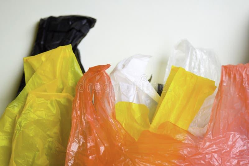 Diga no a las bolsas de pl?stico - fondo blanco aislado un concepto m?s pl?stico imágenes de archivo libres de regalías