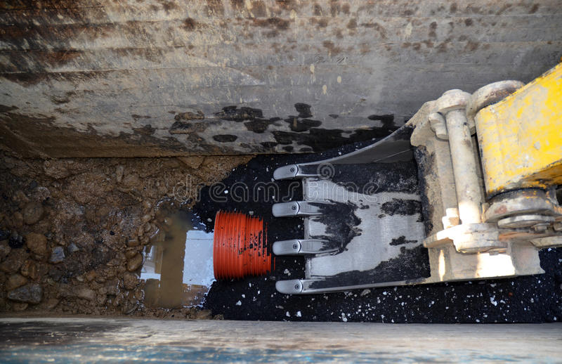 digger σκάβοντας λύματα σωλήνων βραχιόνων στοκ φωτογραφίες με δικαίωμα ελεύθερης χρήσης