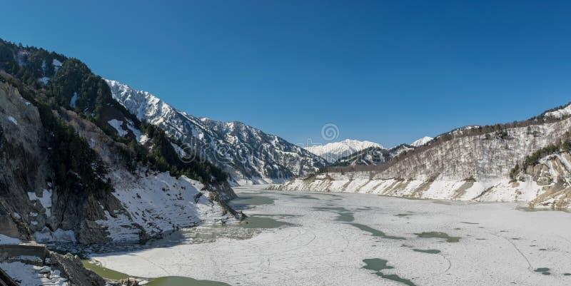 Dighe di congelamento con le montagne fotografia stock libera da diritti