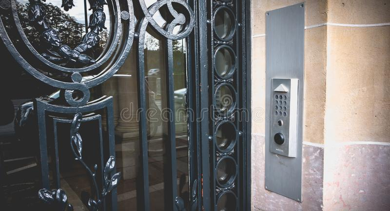 digicode para abrir una puerta grande del hierro labrado de un edificio típico de Haussmanian imagen de archivo