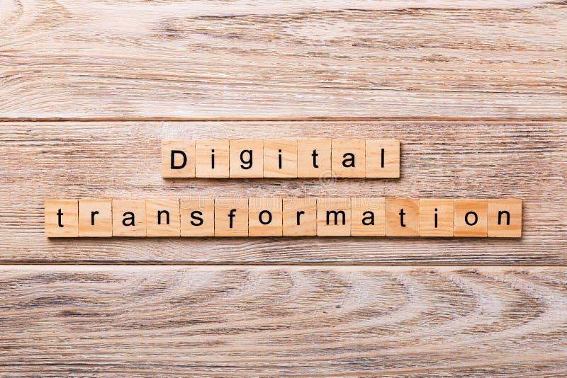 Digitaal die transformatiewoord op houtsnede wordt geschreven digitale transformatietekst op houten lijst voor uw het desing, con royalty-vrije stock foto's
