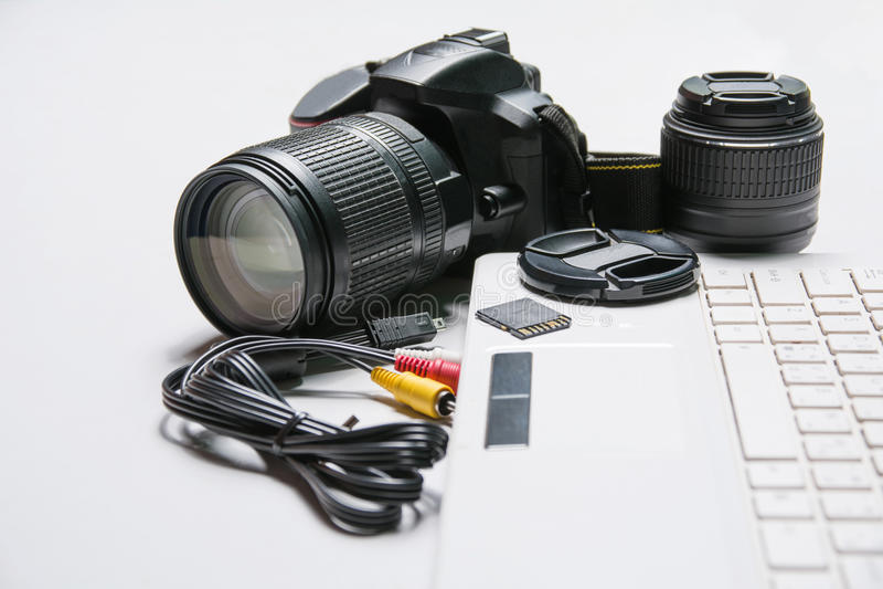 Digitaal Fotografiewerkstation Moderne digitale camera, Laptop stock foto