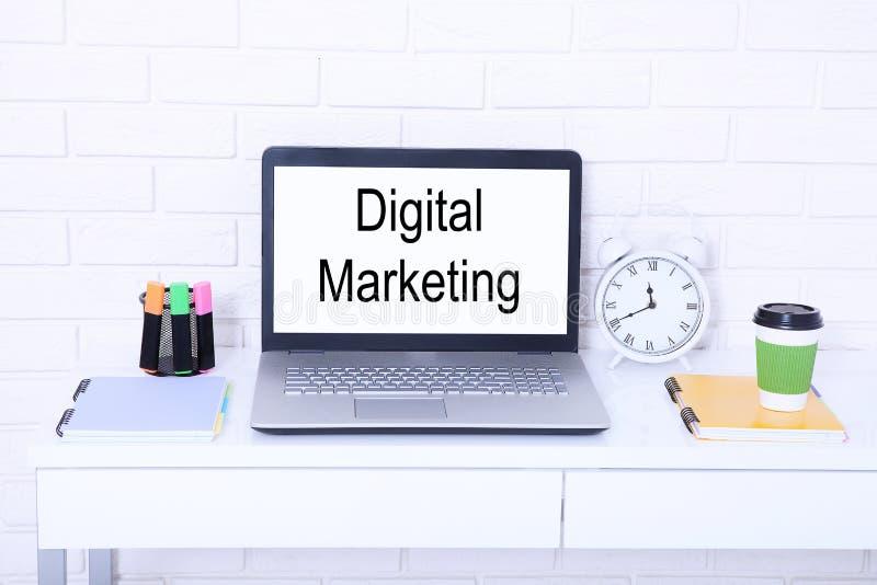 Digitaal marketing bedrijfsconcept met kop van koffie en laptop in bureau Exemplaarruimte en spot omhoog screen royalty-vrije stock afbeeldingen