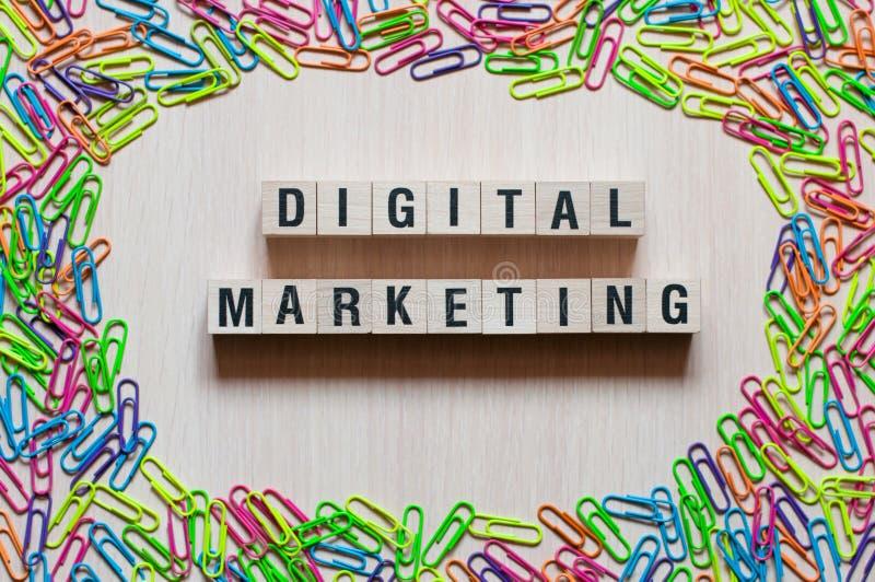 Digitaal Marketing woordenconcept op kubussen stock afbeeldingen