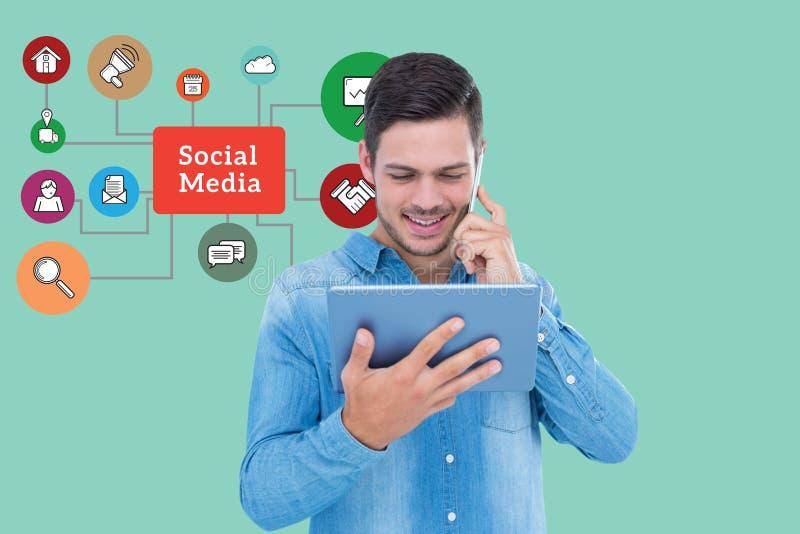 Digitaal samengesteld beeld van de mens die slimme telefoon en tabletpc met behulp van door sociale media grafiek stock afbeelding