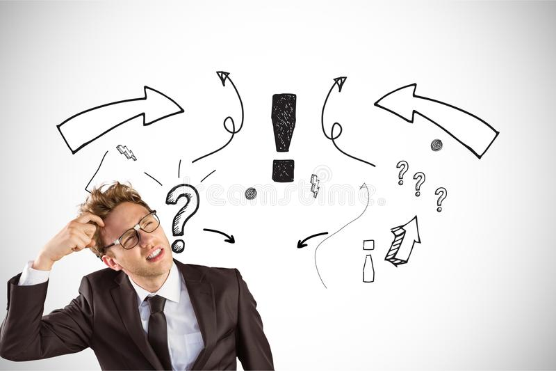 Digitaal samengesteld beeld van verwarde zakenman met vraagtekens en pijlsymbolen op achtergrond stock foto's