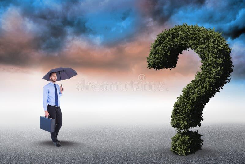 Digitaal samengesteld beeld van zakenman met paraplu en aktentas die naar gek vraagteken lopen stock afbeeldingen