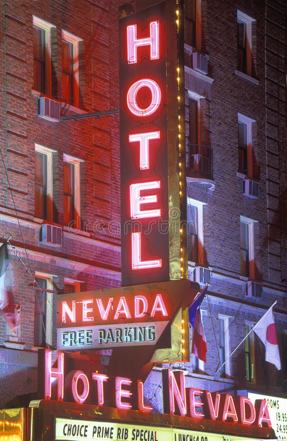 Digitaal veranderd beeld van een neonteken dat ï ¿ ½ Hotel Nevada - Vrije Parkingï ¿ ½ leest stock foto's
