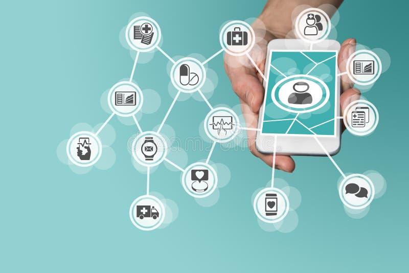 Digitaces y concepto móvil de la atención sanitaria con la mano que sostiene el teléfono elegante