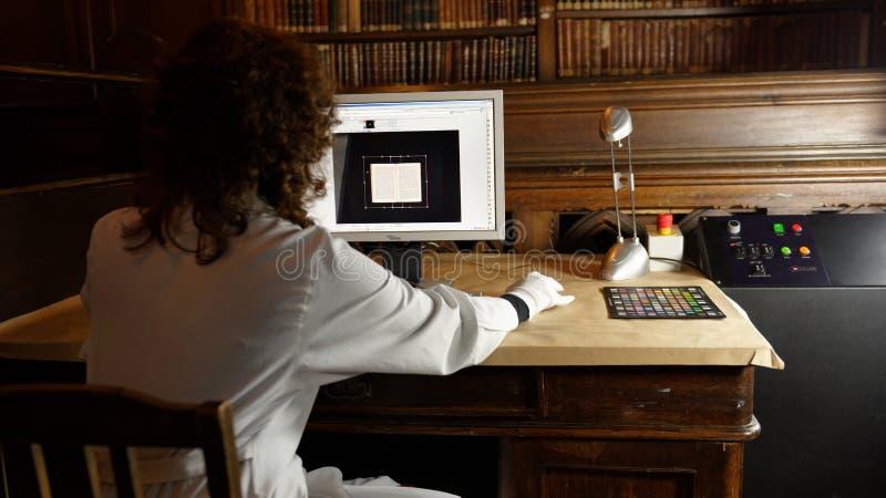Digital-Analog-Wandlung der einzigartigen Sammlung der wissenschaftlichen Bibliothek von St- Petersburguniversität stockfotos