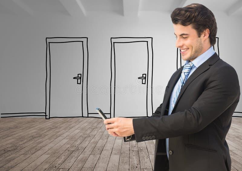 Digital bild av den hållande mobiltelefonen för affärsman med dörrar som står på ädelträgolv arkivfoton