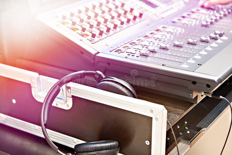 Digital blandande konsol och hörlurar fotografering för bildbyråer