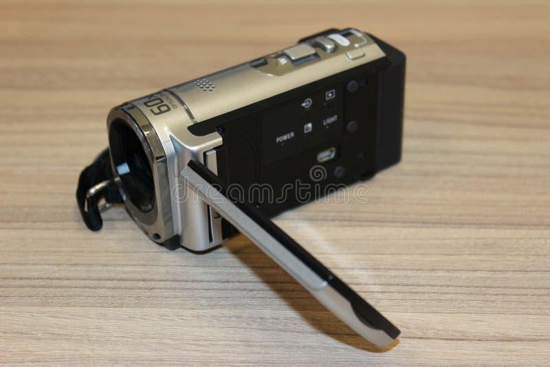 Digital camcorder på wood bakgrund arkivfoto