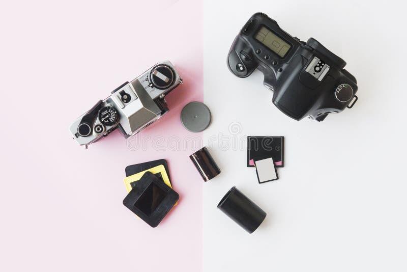 Digital contre Appareil-photo analogue de SLR avec des glissières, cartes de mémoire, film de 35 millimètres photo libre de droits