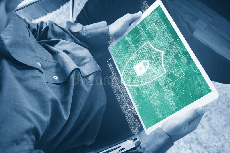 Digital-Datensicherheitssystem und Internet-Sicherheit ein Mann unter Verwendung der digitalen Tablette und der Abschirmung der V lizenzfreies stockbild