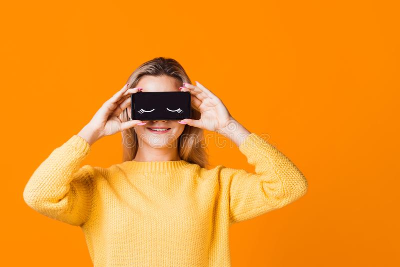 Digital detox, o ícone de olhos fechados na tela do smartphone, fotos de stock royalty free