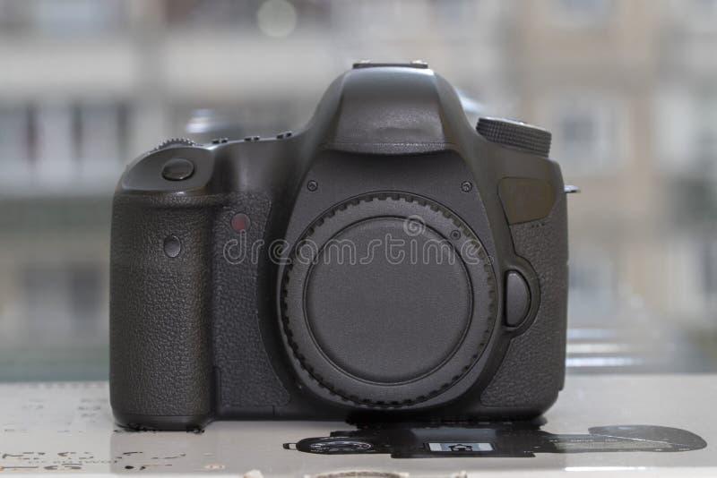 Digital DSLR kamera på blured bakgrund royaltyfri foto