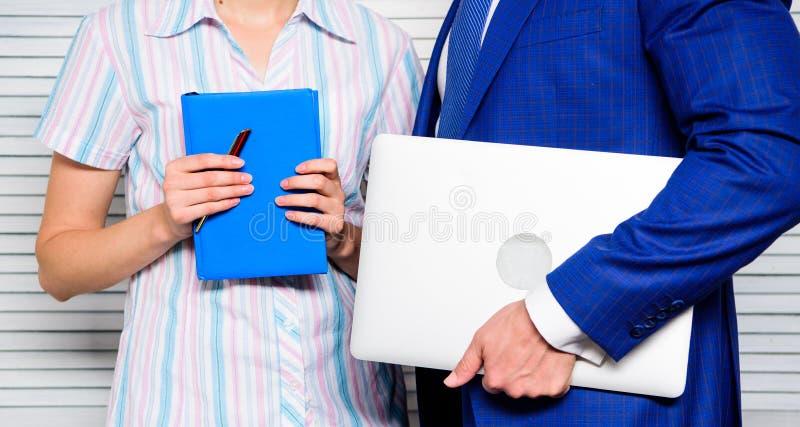 Digital e concetto analogico Del computer portatile blocco note invece con la penna Antiquato contro moderno Aggeggio moderno di  fotografia stock libera da diritti