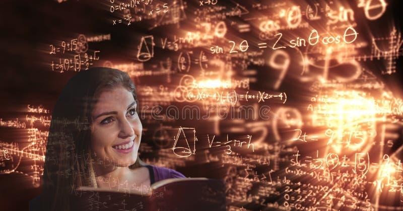 Digital erzeugtes Bild des lächelnden Studenten, der glühende Mathegleichungen betrachtet stockbild
