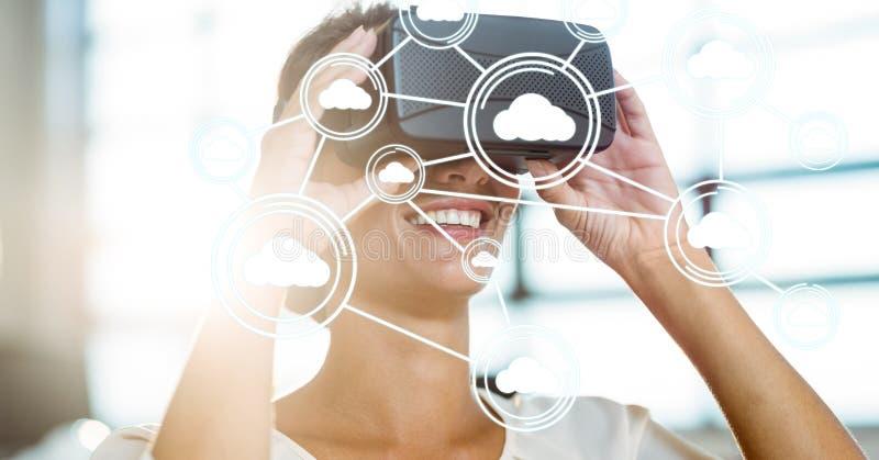 Digital erzeugtes Bild von Datenverarbeitungsikonen der Wolke mit der Frau, die VR-Gläser im Büro verwendet stockbilder