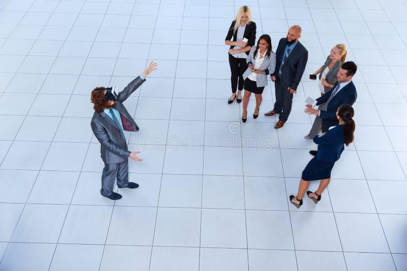Digital för affärsmankläder exponeringsglas, lag för Businesspeople för sikt för bästa vinkel för affärsmanHold Hand Virtual verk royaltyfri bild