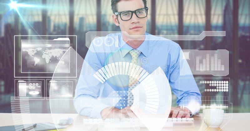 Digital frambragd bild av affärsmanmaskinskrivning, medan genom att använda den futuristiska skärmen i regeringsställning arkivfoto