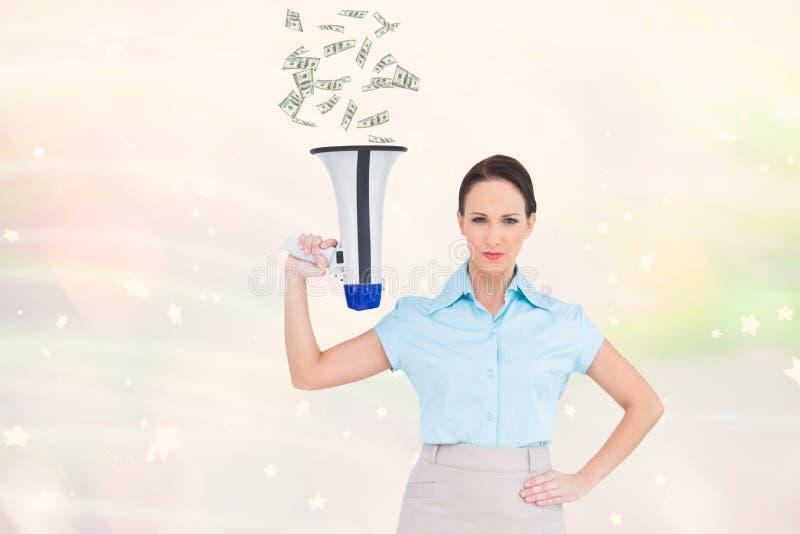 Digital frambragd bild av den hållande megafonen för kvinna som sänder ut valuta arkivbild