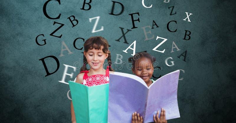 Digital frambragd bild av flickor som rymmer böcker med bokstäver som flyger mot grön bakgrund royaltyfria bilder