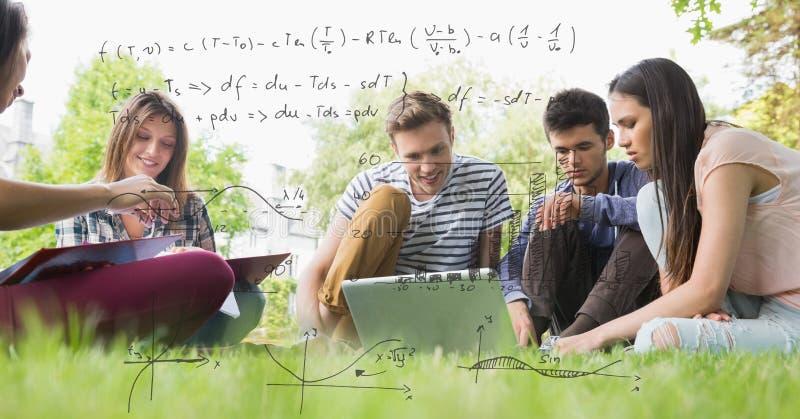 Digital frambragd bild av formler med högskolestudenter som studerar, medan sitta på fält i backg arkivbilder
