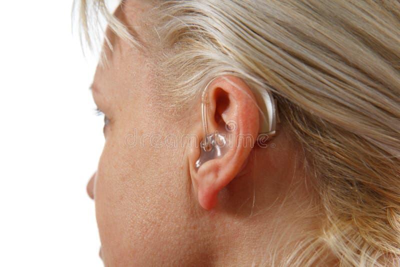 Digital-Hörgerät in Frau ` s Ohr lizenzfreie stockbilder