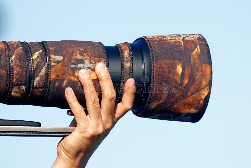 Digital kamera DSLR för fotografinnehav med linstelephotoen fotografering för bildbyråer