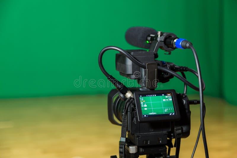 Digital kamera i en televisionstudio Filmande på grön skärmchromatangent arkivbild
