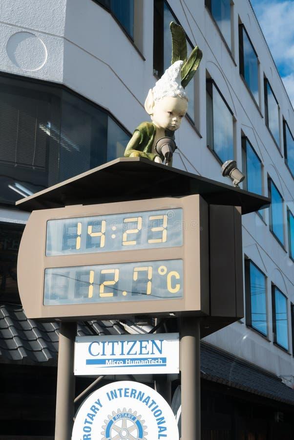 Digital klocka med temperaturskärm framme av Kawaguchiko S royaltyfri bild