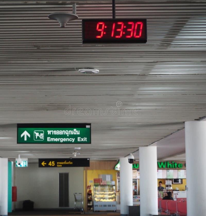 Digital klocka på den Don Mueang flygplatsen i Thailand arkivfoto