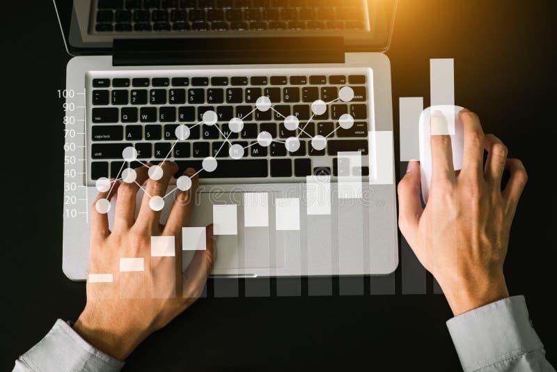 Digital lançant des affaires sur le marché faisant la présentation images libres de droits