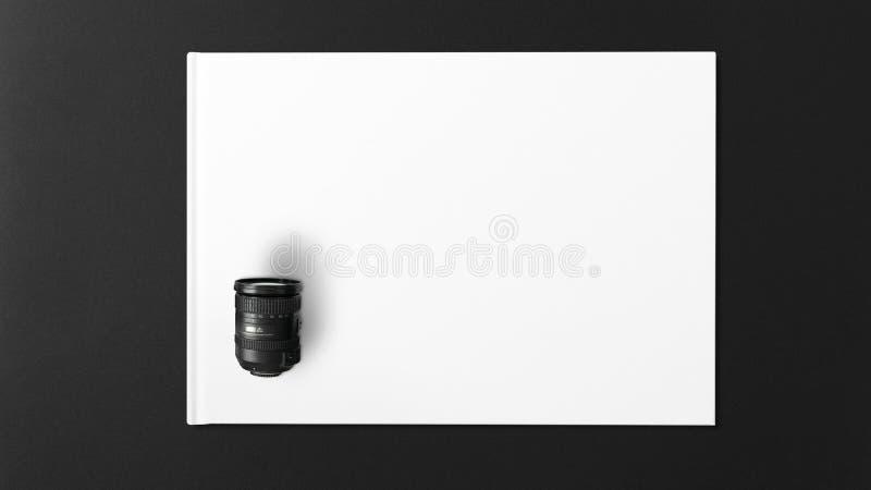 Digital-Linse auf Weißbuch auf schwarzem Hintergrund stockfotografie