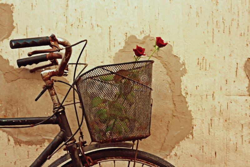 Digital målning av röda rosor i en gammal cykel stock illustrationer