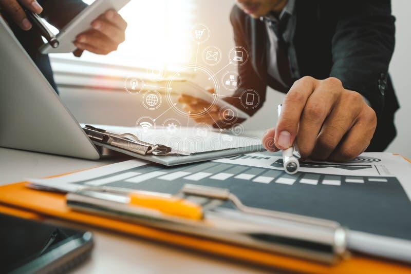 Digital-Marketing-Medien in der virtuellen Kugelform stellen grafisch dar stockfoto