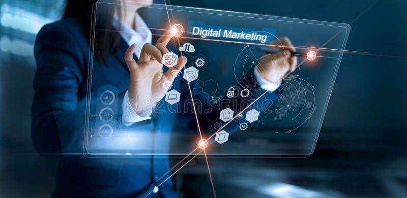 Digital marknadsföring Affärskvinna som drar den globala strukturen arkivbilder