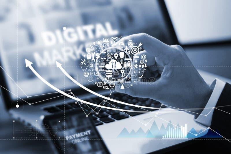 Digital marknadsföring Affärsmaninnehavkompass med anslutning för symbolsmarknadsföringsnätverkande royaltyfria bilder
