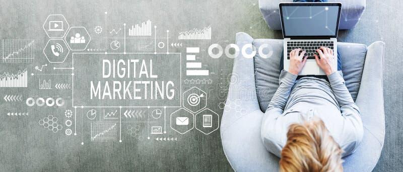 Digital marknadsföring med mannen som använder en bärbar dator royaltyfria foton