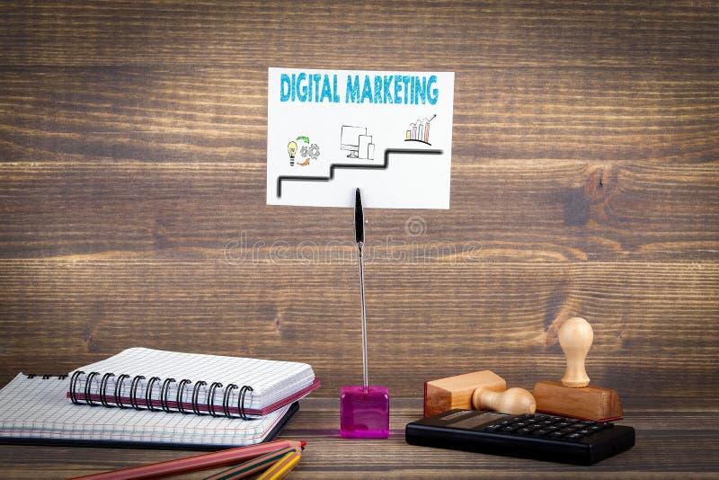 Digital marknadsföring stegvis massmedia som planerar, online-affär och inhandla arkivbild