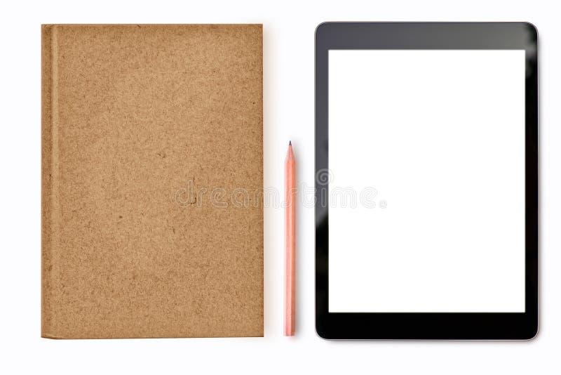 Digital minnestavlaåtlöje upp på vit bakgrund med anteckningsbokblyertspennan som är stationär av student- eller för affärsman ko royaltyfri fotografi