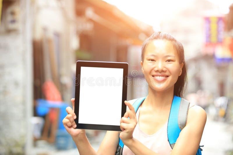 Digital minnestavla för ungt asiatiskt kvinnahållmellanrum royaltyfria foton