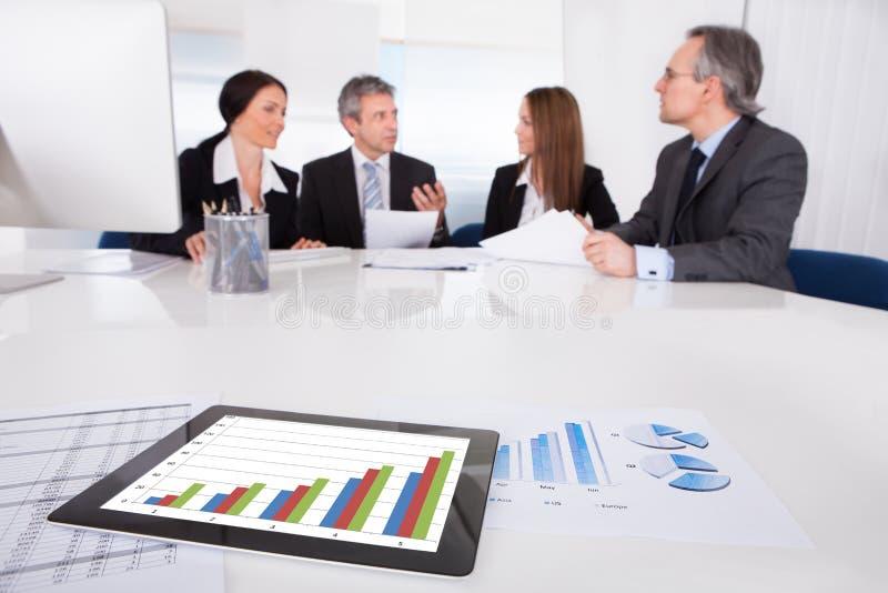 Digital minnestavla i Front Of Businesspeople royaltyfri fotografi