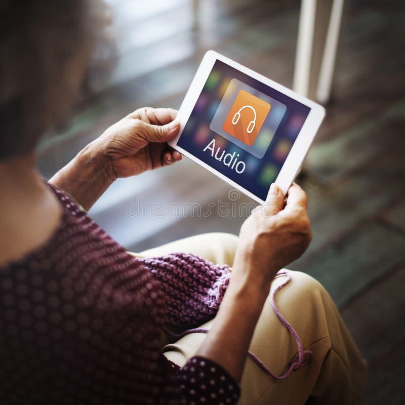 Digital-Musik, die Multimedia-Unterhaltungs-on-line-Konzept strömt lizenzfreies stockfoto