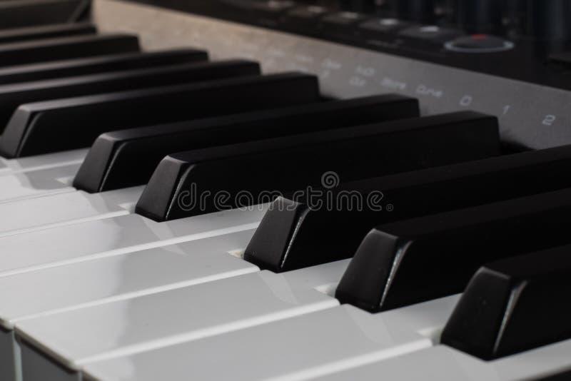 Digital musik för Midi kontrollanttangentbord arkivbilder