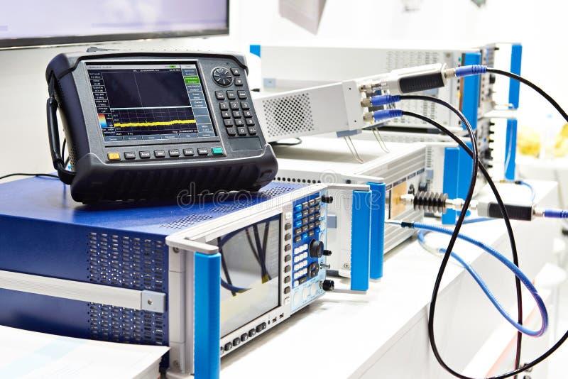 Digital oscilloskop och spektrumanalysator arkivfoton